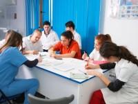 Absolvenții de Medicină și-ar putea păstra calitatea de asigurați până la Rezidențiat
