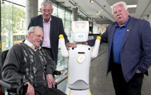"""Un robot special le """"ține de urât"""" vârstnicilor și persoanelor cu dizabilitați"""
