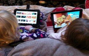 Copii care folosesc telefoanele și tabletele la prima oră riscă sa dezvolte tulburări de vorbire