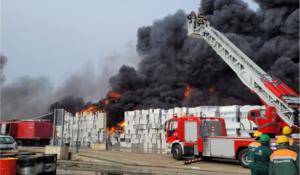 UPDATE: Risc major de poluare în municipiul Buzău, din cauza unui incendiu violent