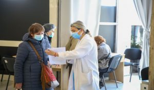 Centrele AstraZeneca încep vaccinarea cu serul de la Pfizer
